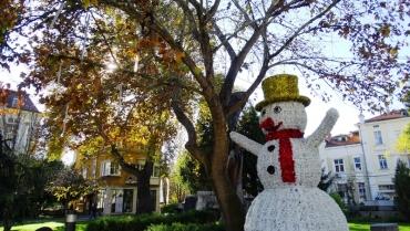 Пловдив се облича в Коледна премяна (ГАЛЕРИЯ)