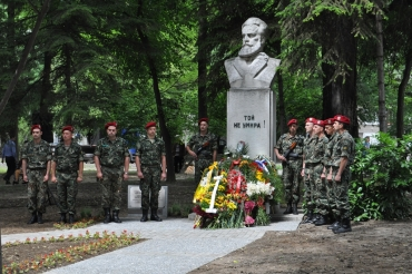 Без почетна рота, военен оркестър и граждани в Деня на Ботев